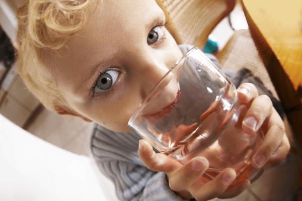 朝一番に水を飲む、便秘解消法の効果とは?飲み方のポイントや注意点
